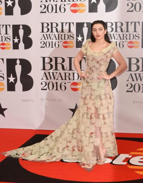 Charli XCX en la alfombra roja de los Premios Brit 2016
