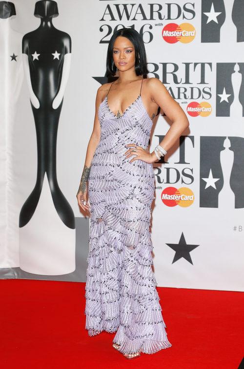 Rihanna en la alfombra roja de los Premios Brit 2016