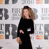 Ella Eyre en la alfombra roja de los Premios Brit 2016