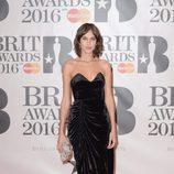 Alexa Chung en la alfombra roja de los Premios Brit 2016