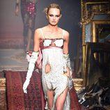 Vestido de corte lencero de Moschino en la FW de Milán para otoño/invierno 2016/2017