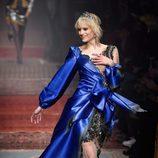 Vestido satinado azul klein de transparencias de Moschino en la FW de Milán para otoño/invierno 2016/2017