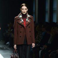 Abrigo marrón de Bottega Veneta en la FW Milán para otoño/invierno 2016/2017
