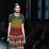 Jersey de lana y falda de cuadros de Bottega Veneta en la FW Milán para otoño/invierno 2016/2017