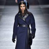 Adriana Lima con abrigo azul marino de Versace en la FW de Milán para otoño/invierno 2016/2017