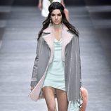 Kendall Jenner con abrigo gris de Versace en la FW de Milán para otoño/invierno 2016/2017