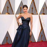 Sofía Vergara con un vestido de Marchesa en la alfombra roja de los Premios Oscar 2016
