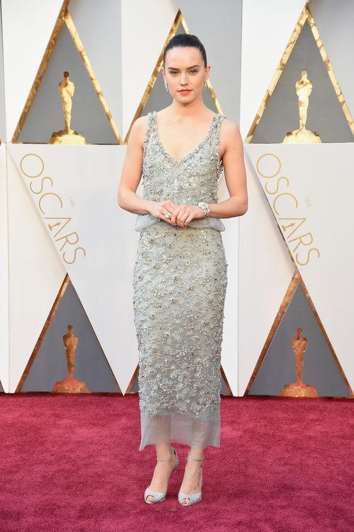 Daisy Ridley con un vestido de Chanel en la alfombra roja de los Premios Oscar 2016