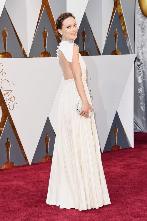 Olivia Wilde con un vestido de Valentino Alta Costura en la alfombra roja de los Premios Oscar 2016