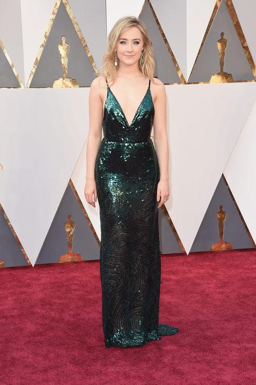 Saoirse Ronan con un vestido de Calvin Klein en la alfombra roja de los Premios Oscar 2016