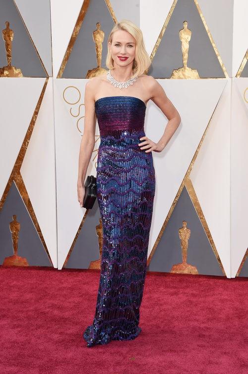 Naomi Watts con un vestido de Valentino en la alfombra roja de los Premios Oscar 2016