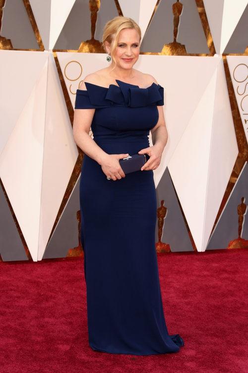 Patricia Arquette con un vestido de Marina Rinaldi en la alfombra roja de los Premios Oscar 2016
