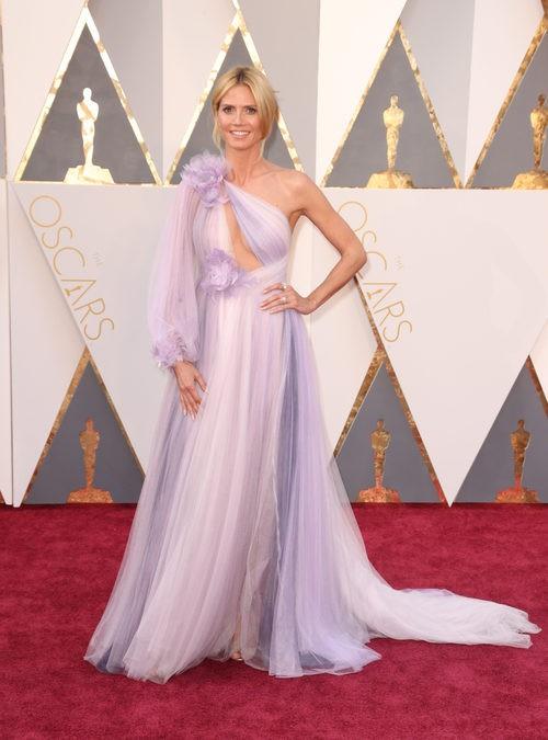 Heidi Klum con un diseño vaporoso de Marchesa en la alfombra roja de los Premios Oscar 2016