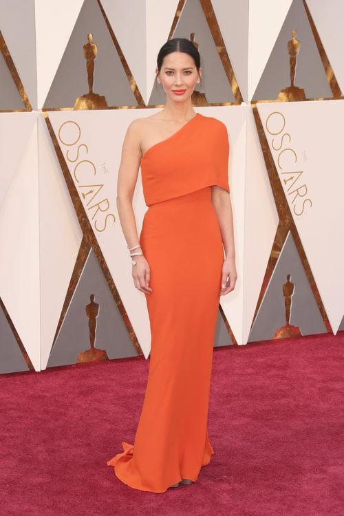 Olivia Munn con un vestido de Stella McCarthy en la alfombra roja en los Premios Oscar 2016
