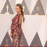 Chrissy Teigen con un vestido de Marchesa en la alfombra roja en los Premios Oscar 2016