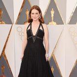 Julianne Moore con un vestido de Chanel en la alfombra roja de los Premios Oscar 2016