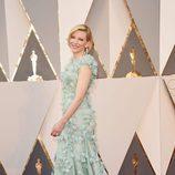 Cate Blanchett con un diseño azul de Armani Privé en la alfombra roja de los Premios Oscar 2016