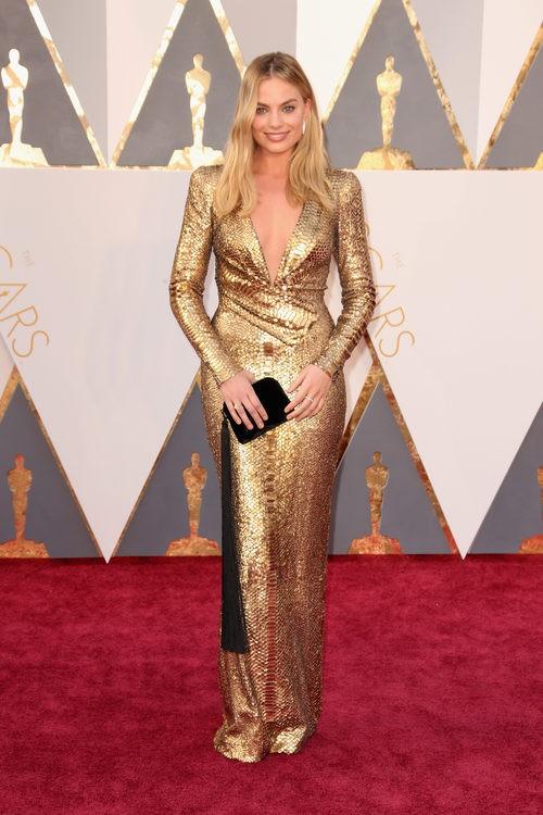 Margot Robbie con un modelo dorado de Diane Von Furstenberg en los Premios Oscar 2016