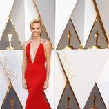 Charlize Theron con un vestido rojo de Dior en la alfombra roja de los Premios Oscar 2016