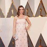 Emily Blunt con un vestido de Prada en la alfombra roja de los Premios Oscar 2016