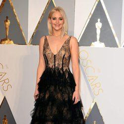 Jennifer Lawrence con un vestido de Dior en la alfombra roja de los Premios Oscar 2016