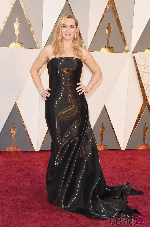 Kate Winslet con un diseño entallado negro de Ralph Lauren en los Premios Oscar 2016