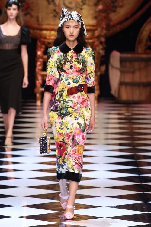 Vestido estampado colorido de Dolce&Gabbana en la FW de Milán para otoño/invierno 2016/2017