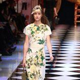 Vestido blanco con flores amarillas y verdes de Dolce&Gabbana en la FW de Milán para otoño/invierno 2016/2017