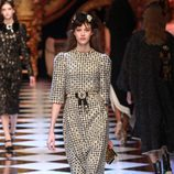 Vestido de cuadros con brillantes de Dolce&Gabbana en la FW de Milán para otoño/invierno 2016/2017