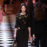 Vestido con botones y tocado de Dolce&Gabbana en la FW de Milán para otoño/invierno 2016/2017