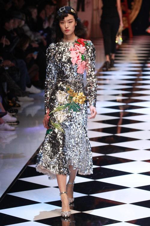 Vestido de lentejuelas plateadas de Dolce&Gabbana en la FW de Milán para otoño/invierno 2016/2017