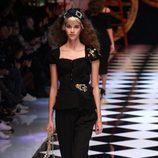 Vestido negro con cintura remarcada de Dolce&Gabbana en la FW de Milán para otoño/invierno 2016/2017