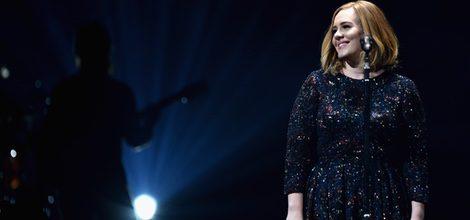 Adele arranca su gira en Belfast con vestido de Burberry
