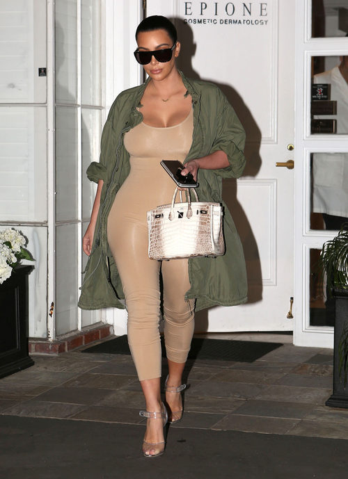 Kim Kardashian  luciendo colección de Kanye West de 2016