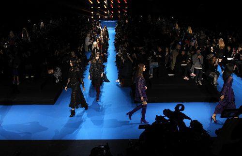 Carrusel final en el desfile Elie Saab en Paris Fashion Week otoño/invierno 2016/2017