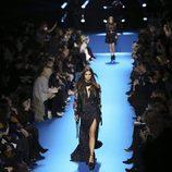 Vestido con estampado de lunares y cazadora de cuero floral de Elie Saab en el desfile Paris Fashion Week otoño/invierno 2016/2017