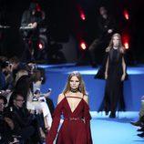Vestido rojo con escote cruzado y mangas caídas de Elie Saab en el desfile Paris Fashion Week otoño/invierno 2016/2017