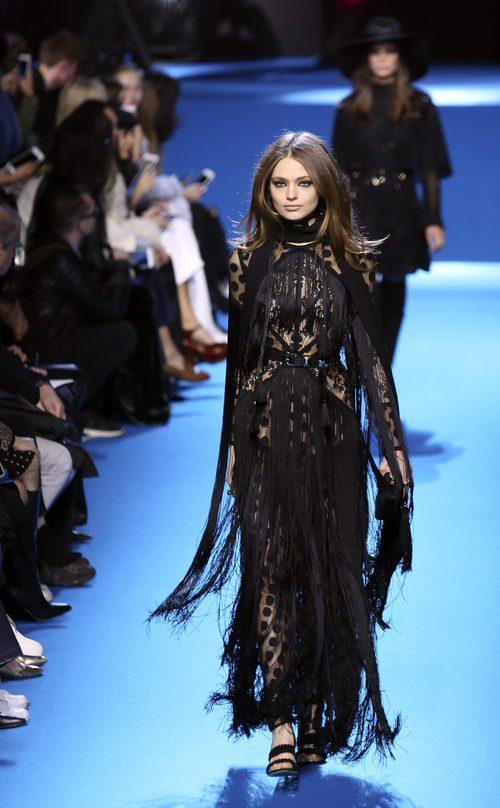 Vestido negro lunar y costuras de flecos de Elie Saab en el desfile Paris Fashion Week otoño/invierno 2016/2017