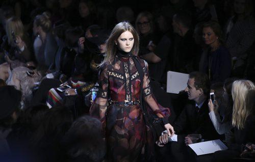 Vestido con transparencias de Elie Saab en el desfile Paris Fashion Week otoño/invierno 2016/2017