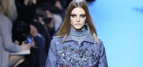 Vestido y chaqueta tono violeta con costuras y transparencias florales de Elie Saab en el desfile Paris Fashion Week otoño/invierno 2016/2017