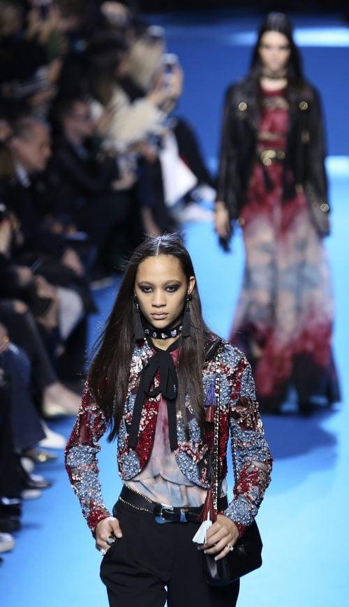 Conjunto pantalón y torera con estampado floral de lentejuelas de Elie Saab en el desfile Paris Fashion Week otoño/invierno 2016/2017