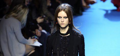 Peto negro con detalles de lentejuelas y transparencias Elie Saab en el desfile Paris Fashion Week otoño/invierno 2016/2017