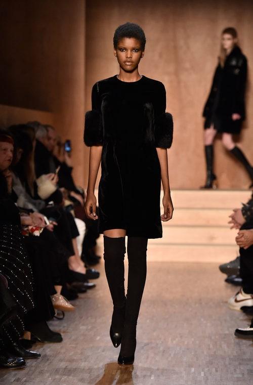 Vestido negro terciopelo de Givenchy en Paris Fashion Week otoño/invierno 2016/2017