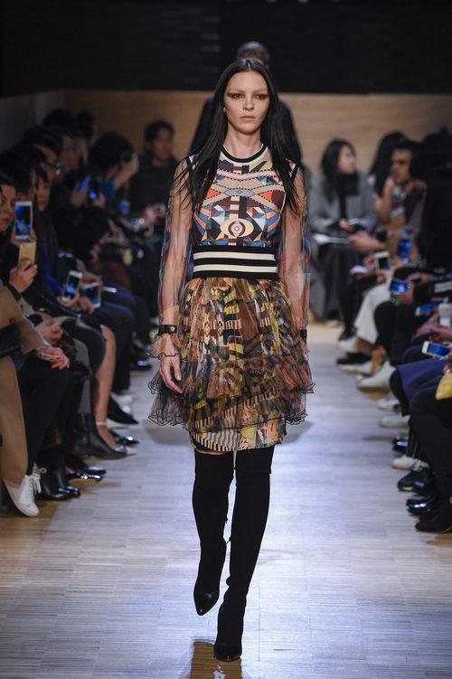 Vestido con estampado tribal y falda caída en capas de Givenchy en Paris Fashion Week otoño/invierno 2016/2017