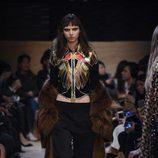 Conjunto pantalón, top y abrigo de cola con transparencias de Givenchy en Paris Fashion Week otoño/invierno 2016/2017