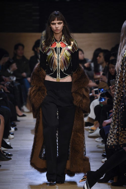 Conjunto pantalón, top y abrigo de cola con transparencias de Givenchy en Paris Fashion Week otoño/invierno 2016/2017