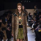 Conjunto de vestido estampado geométrico y abrigo con estampado 'animal print' de Givenchy en Paris Fashion Week otoño/invierno 2016/2017