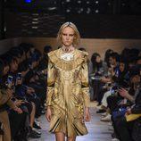 Vestido con escote con volantes y estampado aires egipcios de Givenchy en Paris Fashion Week otoño/invierno 2016/2017