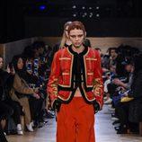 Conjunto chaqueta y pantalón con detalles dorados en las mangas de Givenchy en Paris Fashion Week otoño/invierno 2016/2017
