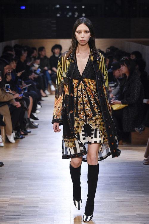 Vestido combinación tribal y estampados egipcios de Givenchy en Paris Fashion Week otoño/invierno 2016/2017